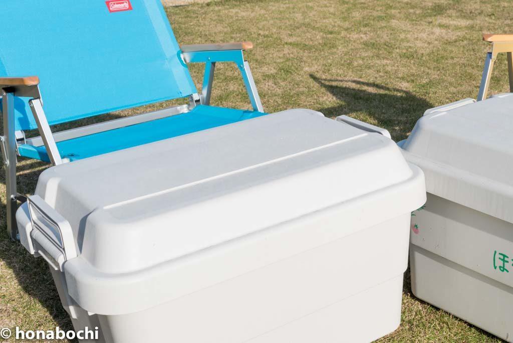 防災道具の収納に便利な無印良品の「頑丈ボックス」が、イスにもテーブルにもなって、一石三鳥でオススメです!!